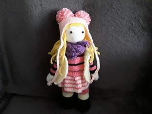 lily rose, elle est faite en laine et en coton,elle est faite pour des enfants car les yeux sont sécuriser