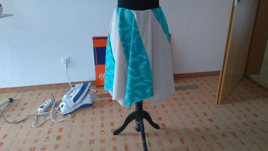 Makerist - Zipfelrock, Strechstoff beschrieben und grün mit Federn  - Nähprojekte - 1
