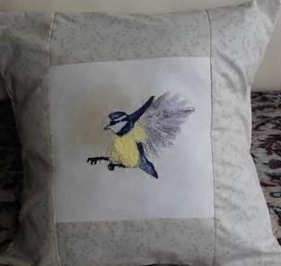 Makerist - Blaumeise als Kissen Freihandstickerei auf Baumwolle als Übung für mich - 1
