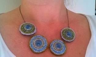 Collier cabochon et broderie de perles et fils
