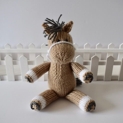 Makerist - Henry the Horse - Knitting Showcase - 1