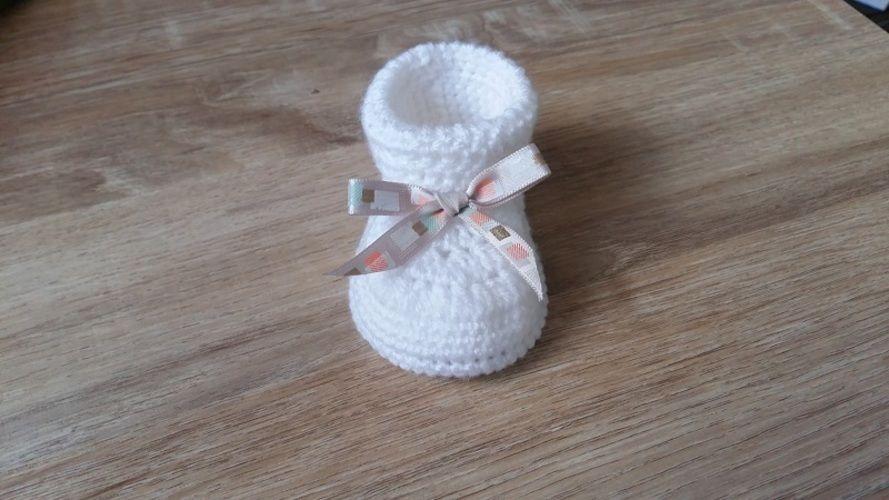 Makerist - Chausson bébé fille 0/3 mois et son petit noeud ruban - Créations de crochet - 2