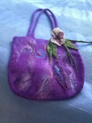 Filztasche und Blumen