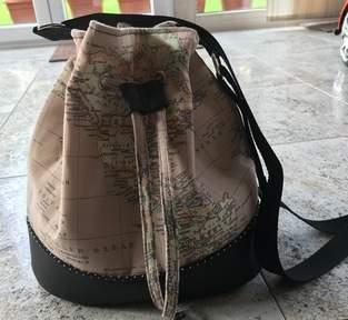 Bucket-Bag aus Kunstleder und Canvasstoff Landkarte