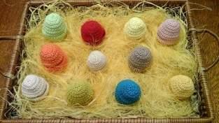 Oeufs et poussins pour décorer la table de pâques