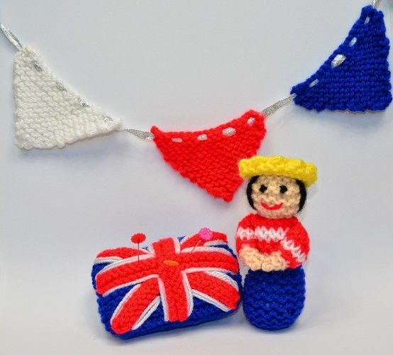 Makerist - Miniature Queen - Diamond Jubilee 2012 - DK Wool - Knitting Showcase - 3