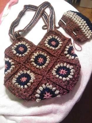 verschiedenen Häkeltaschen aus Garn teilweise mit Lurex
