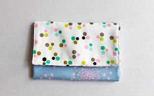 Portemonnaie mit Polka Dots und Blüten