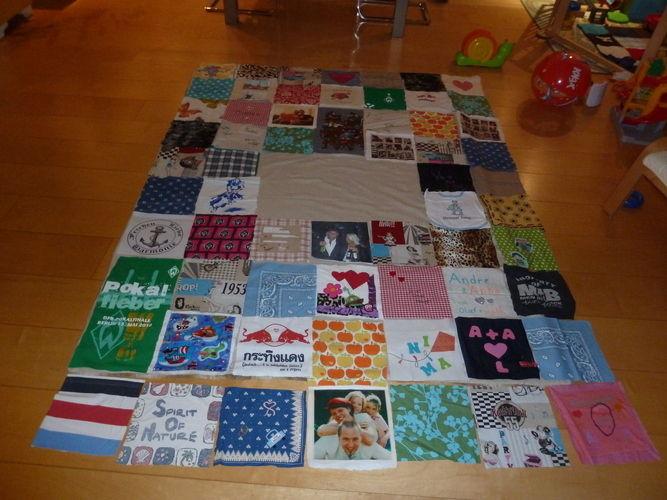 Makerist - Patchworkdecke, aus Stoffteilen von Freunden und Familie gestaltet oder Erinnerungsstücke wie T-Shirt, Lätzchen etc., für eine liebe Freundin zur Hochzeit - Nähprojekte - 1