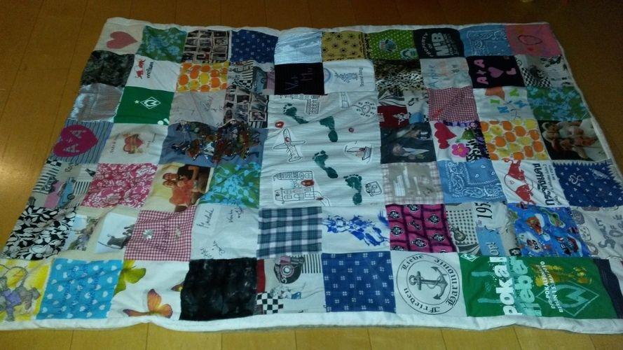 Makerist - Patchworkdecke, aus Stoffteilen von Freunden und Familie gestaltet oder Erinnerungsstücke wie T-Shirt, Lätzchen etc., für eine liebe Freundin zur Hochzeit - Nähprojekte - 2