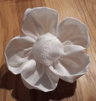 Eine Blume für mein Brautkleid