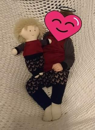 J und seine Puppe im Partnerlook
