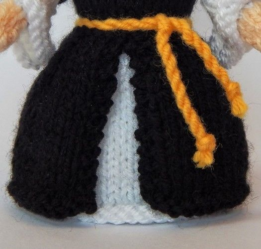 Makerist - Catherine of Aragon Doll - DK Wool - Knitting Showcase - 3