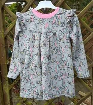 Alle Girls lieben Einhörner Kleidchen aus Girly-Shirt von Konfetti Patterns