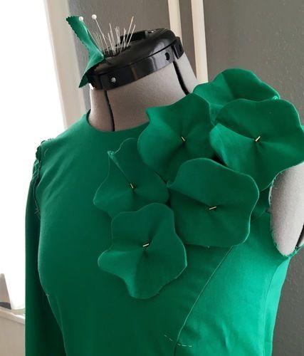 Makerist - Seegrünes Etuikleid mit Blütenapplikation - Nähprojekte - 3