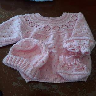 mallette de layettes en laine pour les futurs enfants de mes petits enfants.