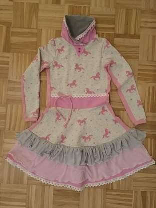 Makerist - Rüschenkleid aus Sweatstoff mit Einhörnern - 1
