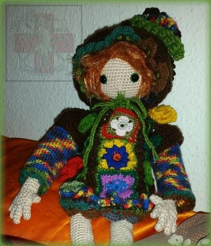 Makerist - Häkelpuppe Laika mit Zipfelkapuzen-FlowerPower-Kleid und Dr.Martens-Boots, für meine 3.Tochter C.D.S. - Häkelprojekte - 3