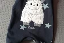 Makerist - Yeti Doodle Stidkdatei, Lenis Strampler aus Sweat für Kleinkinder  - 1