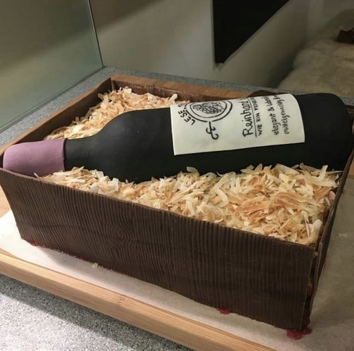 Makerist - Weinflasche in Holzbox mit Holzspänen - Torten, Cake Pops und Cupcakes - 1