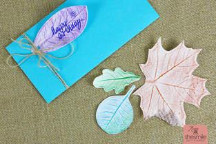 Geschenkanhänger und Geschenkpapier mit Blätterdruck gestalten