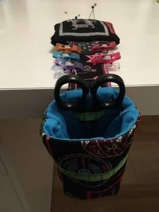 Makerist - Poubelle à fils avec range-ciseaux et porte-aiguilles, destinée à une de mes amies, en tissus Jacquard et coton - 1