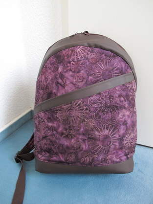 Rucksack ROANO aus violettem Batikstoff