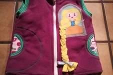 Makerist - Fleeceweste wie im Märchen mit Rapunzel u. Rotkäppchen - 1