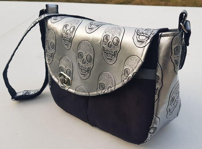 Makerist - Besace Tairie, simili cuir Skull et suédine noire pour l'extérieur et  coton gris dedans - Créations de couture - 2