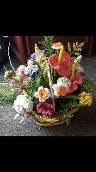 gehäkelte Blumen im geflochtenen Korb