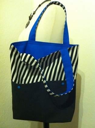 Wendetasche in schwarz-weiß-gestreift mit leuchtendem blau