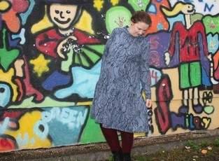 Clara von Graustufen-Stoffe im Graffiti-Wald
