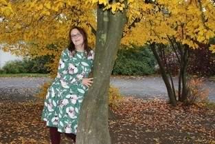 Clara von Graustufen-Stoffe rauscht im Herbst-Wald
