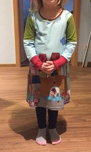 Kleid aus langem und schmalem Panelstoff