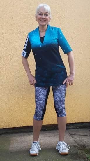 Sportlicher Übrrzieh- Pulli mit Schalkragen und Halbarm