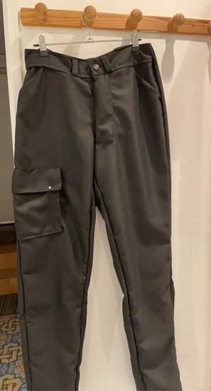 Pantalon cargo fait en gabardine