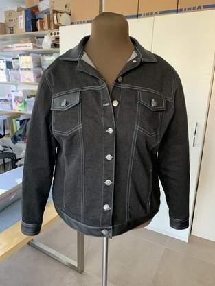 Makerist - Jeansjacke schwarz mit Kunstledereinsätzen - 1