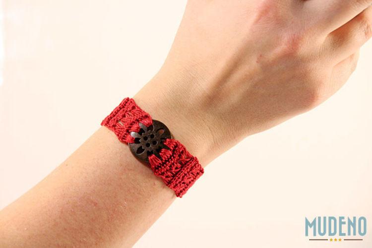 Makerist - Rotes Armband mit Holzknopf - Häkelprojekte - 2