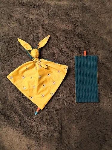 Makerist - Doudou Gabin le lapin - tissu nid d'abeille vert et coton jaune + tissu molletonné bleu clair et coton bleu - #makeristalamaison - 2