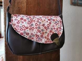 Makerist - Sac besace Tairie pour une amie, simili marron et tissu fleurie  - 1