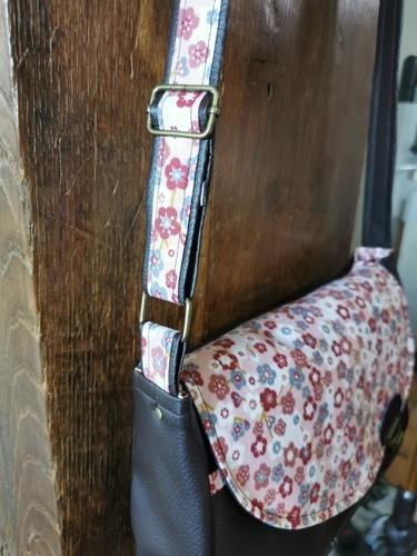 Makerist - Sac besace Tairie pour une amie, simili marron et tissu fleurie  - Créations de couture - 2