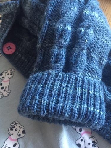 Makerist - Kapuzen-Strickjacke mit Zopfmuster für Wichtelkinder aus 100% Schurwolle, gefüttert mit 100% Baumwoll-Jersey - Strickprojekte - 3