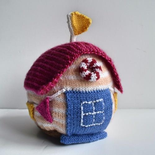 Makerist - Beach Hut Doorstop - Knitting Showcase - 1