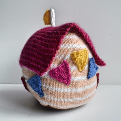 Makerist - Beach Hut Doorstop - Knitting Showcase - 3