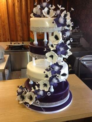Hochzeitstorte für Freunde 4-stöckig Lila Blütentraum