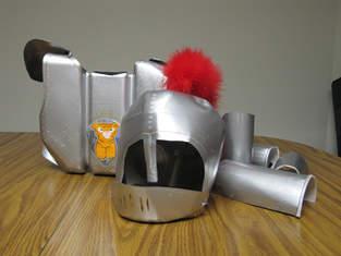 Ritterrüstung aus Kunststoff-Verpackungen