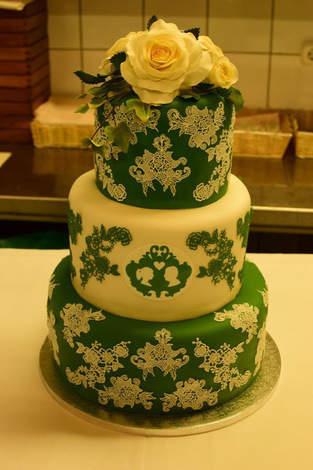 Hochzeitstorte mit Spitze und Perlen
