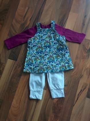 Outfit für den Frühlingsausflug. Cordkleid, T-Shirt und Hose